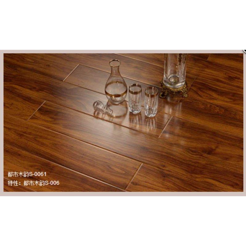 而弧线型的锁扣结构使地板在安装与拆卸时易如反掌且